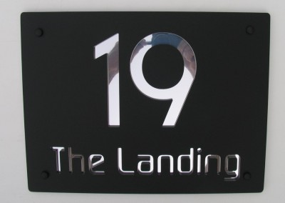 The Landing Matt black plate, Mirror text highlight, Modaerne font